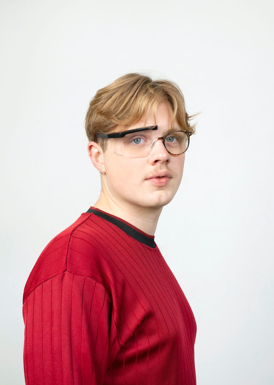 Jongen met bril is zelfverzekerd door het uitdagende leerwerktraject dat hij heeft doorlopen in zijn afstudeerstage.