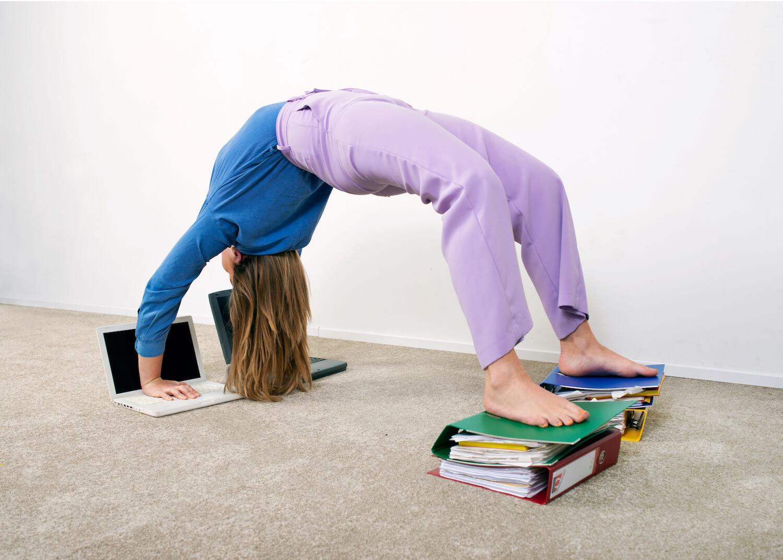 Meisje doet yoga brug en waant zich jong van geest